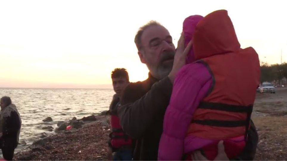 Βίντεο: O Saul από το Homeland σώζει πρόσφυγες στη Μυτιλήνη