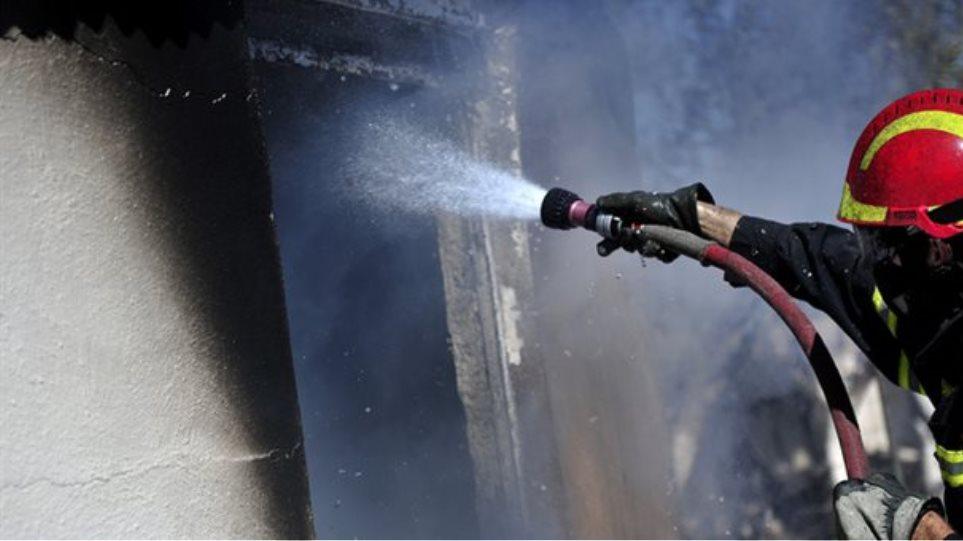 Ένας νεκρός από φωτιά σε κτήριο που χρησιμοποιούν άστεγοι για να προστατευθούν
