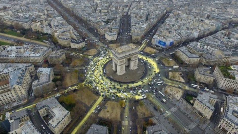 Ακτιβιστές της Greenpeace έβαψαν κίτρινο το δρόμο γύρω από την πλατεία Charles de Gaulle!