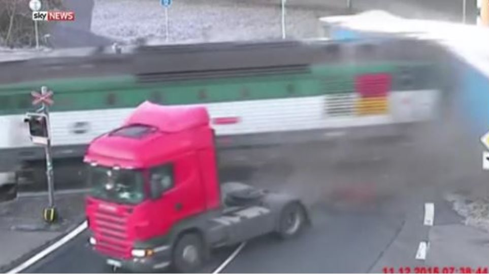 Βίντεο σοκ: Απίστευτη τύχη για οδηγό φορτηγού που παρασύρεται από τρένο