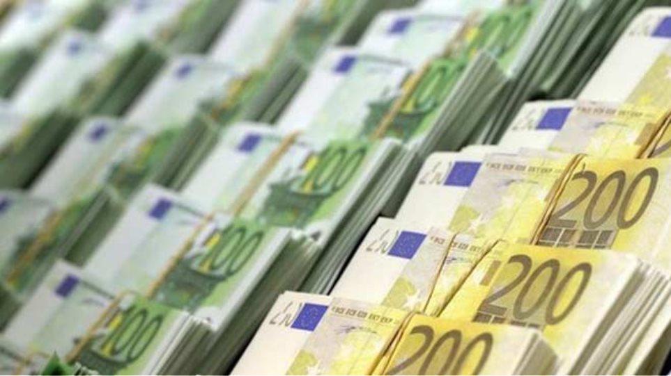 Έβγαζαν παράνομα χιλιάδες ευρώ από τη χώρα