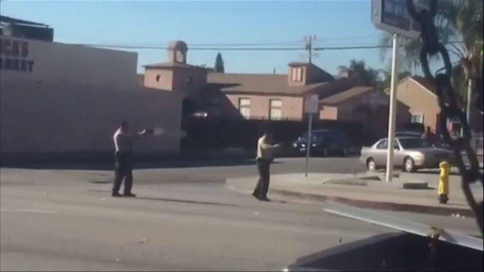 Βίντεο: Αστυνομικοί σκοτώνουν ένοπλο Αφροαμερικανό την ώρα που είναι πεσμένος