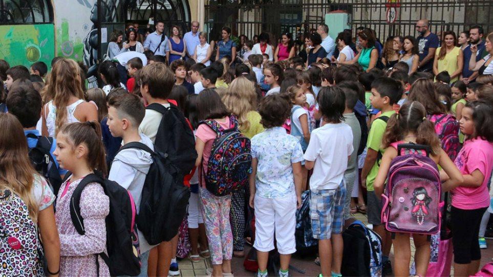 H νεολαία του ΣΥΡΙΖΑ ζητά να καταργηθεί η πρωινή προσευχή