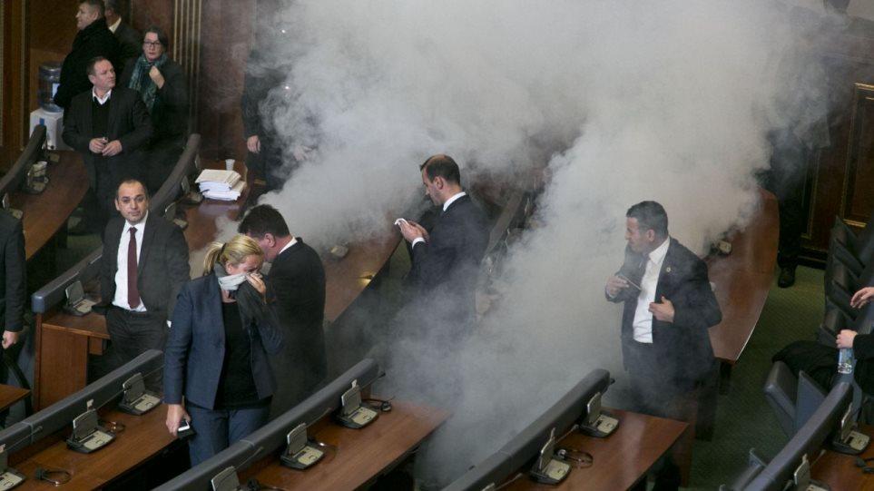 Μια συνηθισμένη μέρα στο Κόσοβο: Έπεσαν πάλι δακρυγόνα στο κοινοβούλιο
