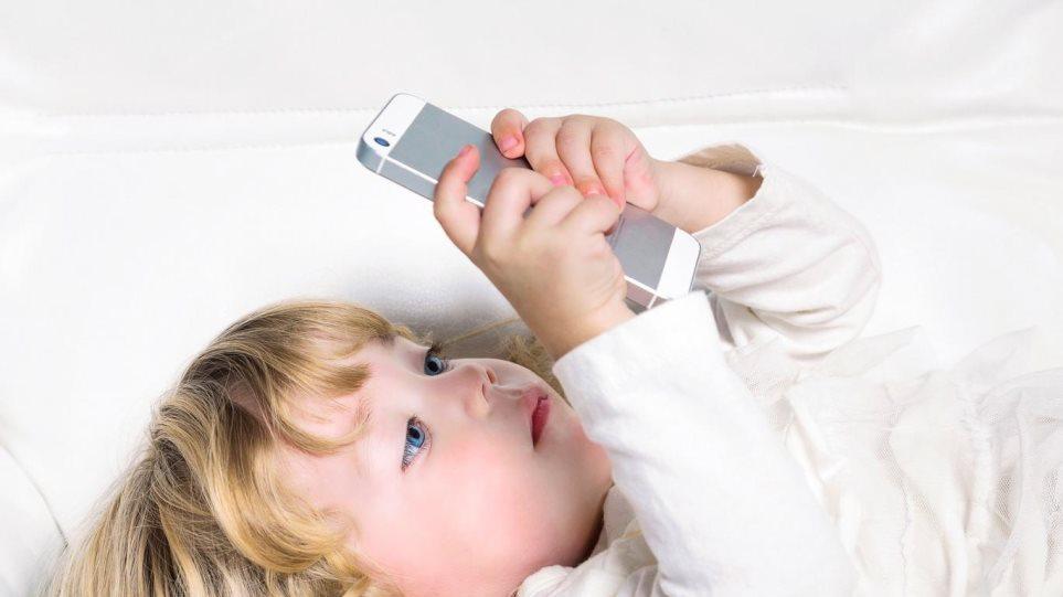 Από ενός έτους χρησιμοποιούν συσκευές με οθόνες αφής τα παιδιά