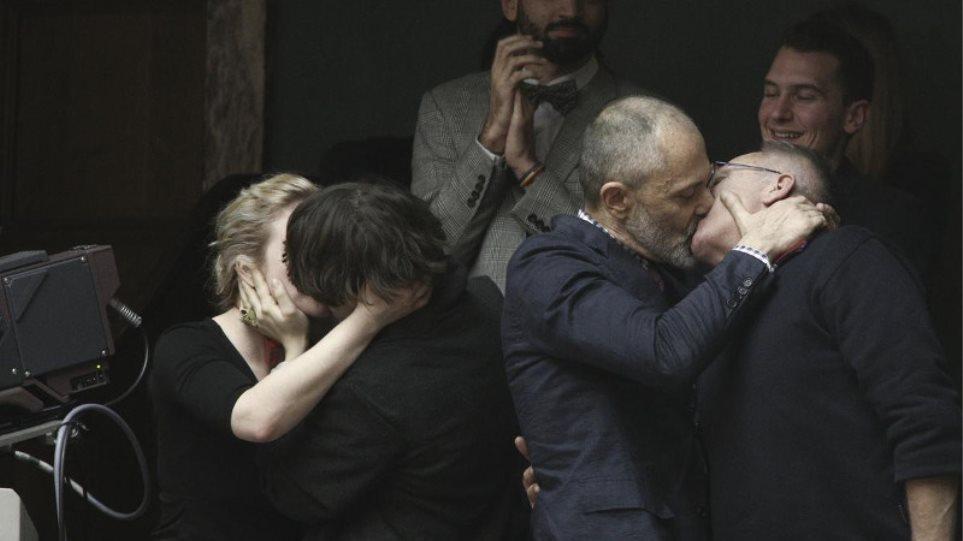 Στα θεωρεία της Βουλής πανηγύρισαν οι ομοφυλόφιλοι το σύμφωνο συμβίωσης