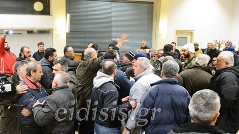 Οι αγρότες έδιωξαν κακήν κακώς δύο βουλευτές του ΣΥΡΙΖΑ