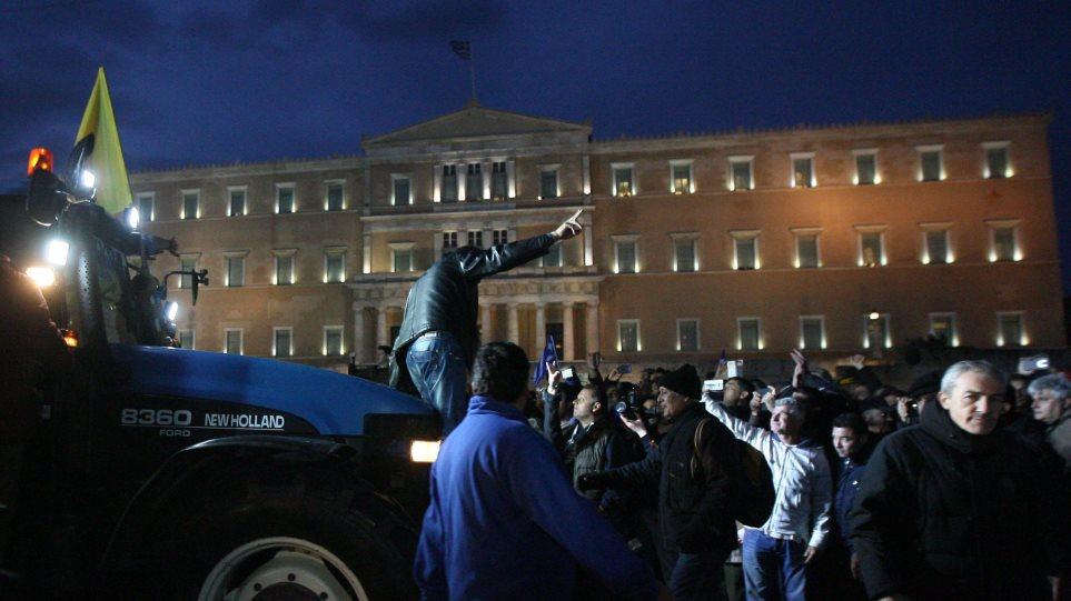 Βουλή: Από την πίσω πόρτα έφυγαν οι βουλευτές του ΣΥΡΙΖΑ