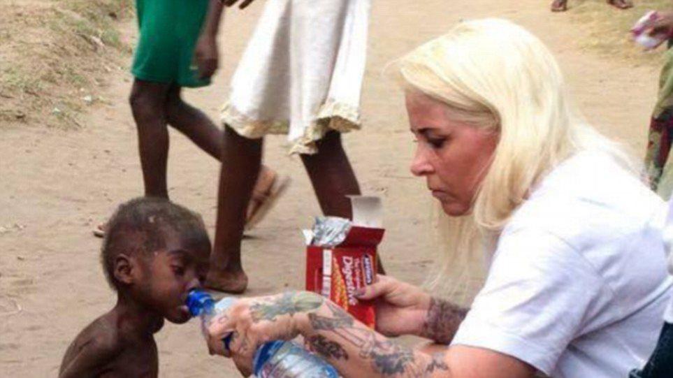 Νιγηρία: Ακτιβίστρια έσωσε αγοράκι που οι γονείς του πέταξαν στον δρόμο επειδή ήταν... μάγος!