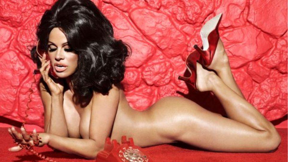 Η Pamela Anderson γυμνή και... μελαχρινή σε ρετρό φωτογράφιση