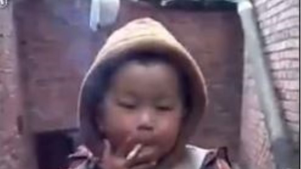 Απίστευτο βίντεο: Δείτε ένα παιδί τριών χρονών να καπνίζει σαν... φουγάρο