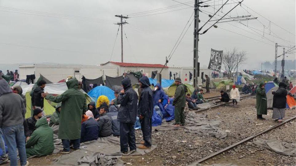 Ειδομένη: Βρέχει, «κρυφτούλι» από τις ΜΚΟ, καβγαδίζουν Τόσκας-Καμμένος