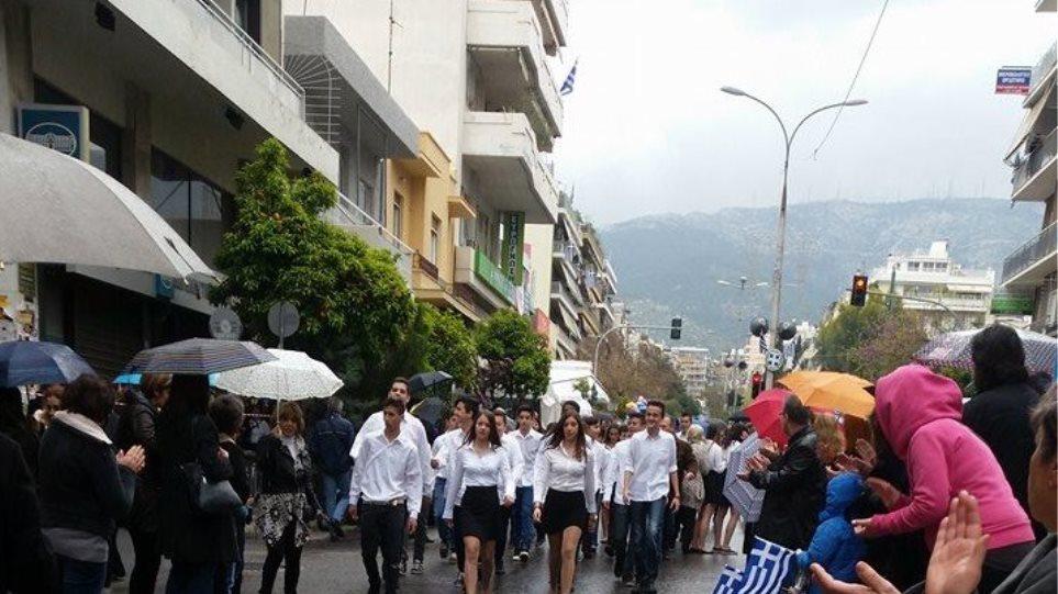 Οι μαθητές γύρισαν την πλάτη στον Δήμο Ζωγράφου και έκαναν παρέλαση