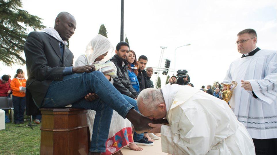 Ο Πάπας έπλυνε και φίλησε τα πόδια δώδεκα μεταναστών