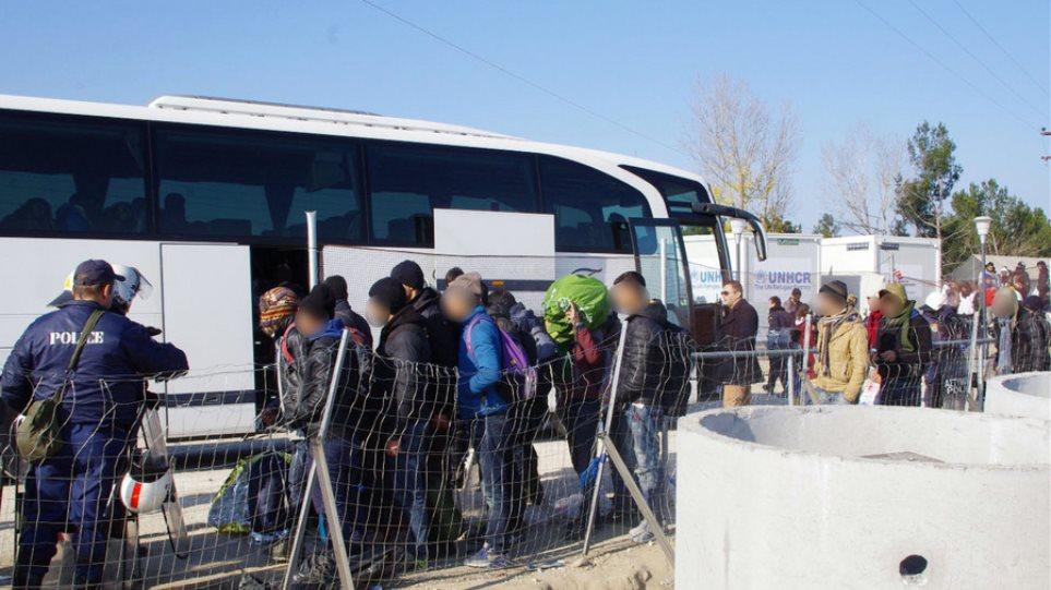 Μόνο τρία λεωφορεία με πρόσφυγες αναχώρησαν σήμερα από την Ειδομένη