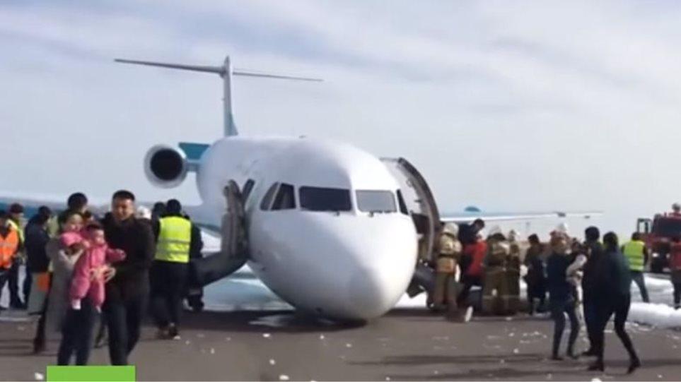 Βίντεο: Προσγείωση αεροπλάνου χωρίς τους εμπρός τροχούς