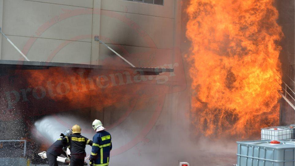 Ασπρόπυργος: Ανεξέλεγκτη επί πέντε ώρες η πυρκαγιά στο εργοστάσιο παρασκευής μελανιών