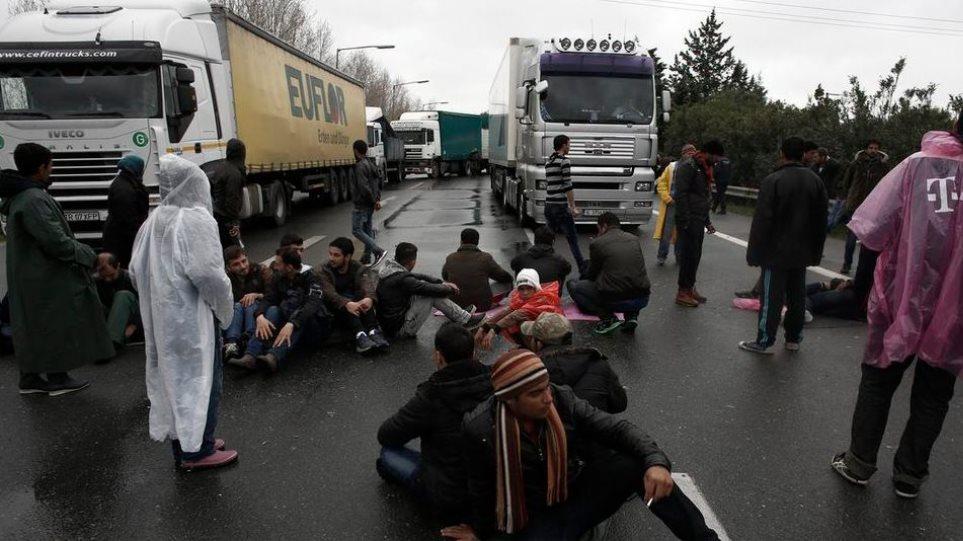 Πρόσφυγες έκλεισαν την Εθνική οδό Θεσσαλονίκης-Ευζώνων