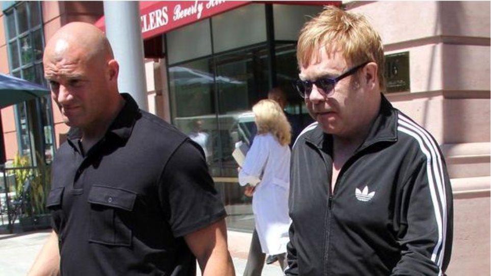 Ο Έλτον Τζον κατηγορείται για σεξουαλική παρενόχληση του πρώην σωματοφύλακά του
