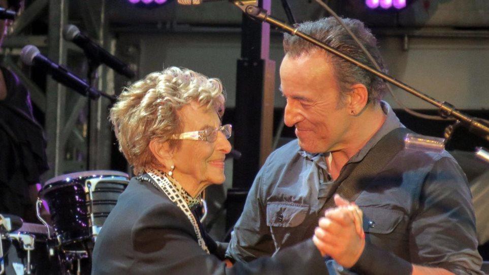 Βίντεο: Ο Bruce Springsteen ροκάρει... ξανά με την μαμά του!