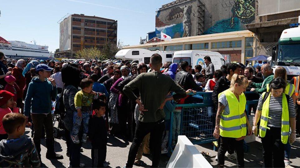 Αρνούνται να φύγουν από τον Πειραιά οι πρόσφυγες και οι μετανάστες