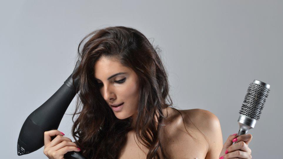 Αποτέλεσμα εικόνας για γυναίκα με πιστολάκι μαλλιων