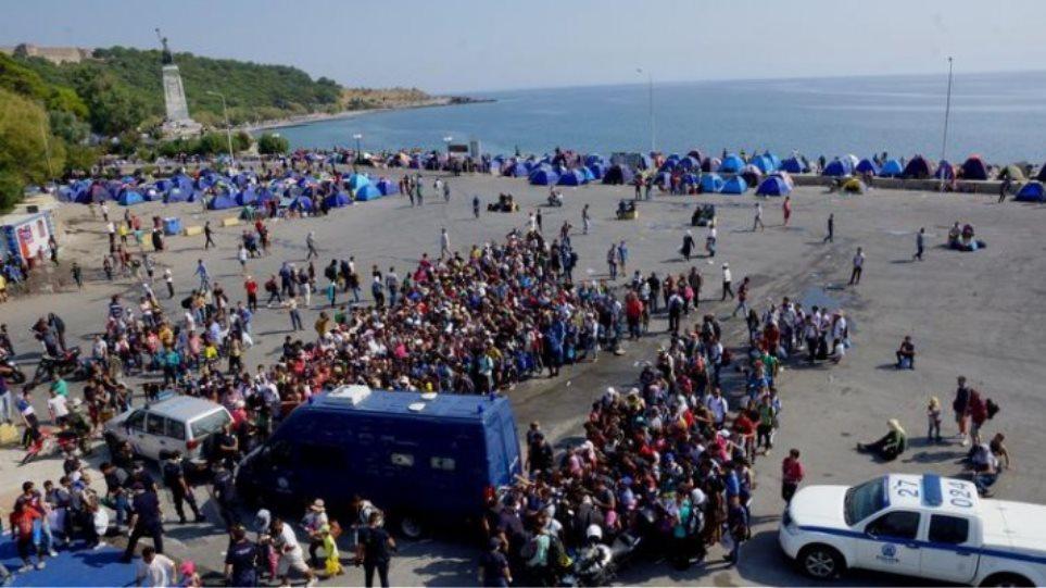 Λέσβος: Με «σκούπα» διώχνουν τους πρόσφυγες λόγω... Πάπα