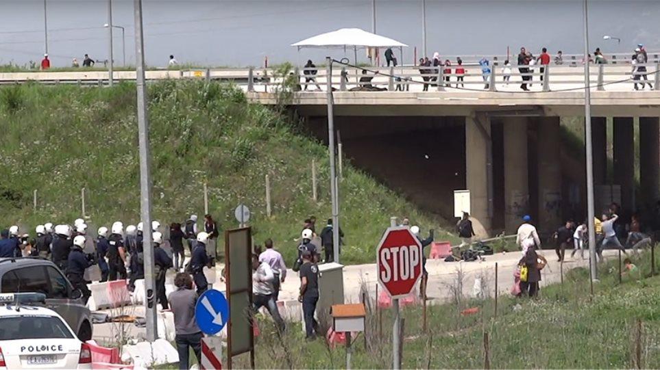 Εγνατία: Πρόσφυγες με πέτρες και καδρόνια κατά αστυνομικών