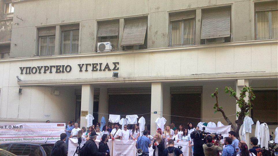 Συγκέντρωση διαμαρτυρίας νοσηλευτών με λευκές μπλούζες και «ματωμένα» γάντια