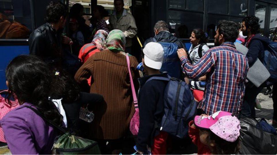 Τρία πούλμαν στον Πειραιά για να μεταφέρουν πρόσφυγες σε Οινόφυτα και Μαλακάσα