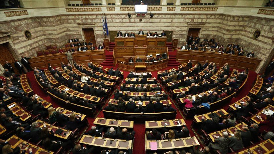 Δείτε live από Βουλή: Μετωπική σύγκρουση για τα δάνεια των κομμάτων