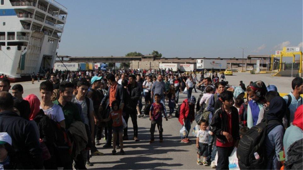 Μετακινούν 4.000 μετανάστες από τον Πειραιά στο Σκαραμαγκά