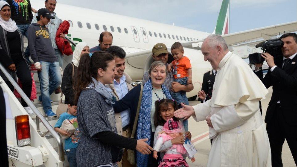 Le Figaro: Γιατί ο Πάπας επέλεξε μαζί του να πάρει 12 μουσουλμάνους από τη Λέσβο
