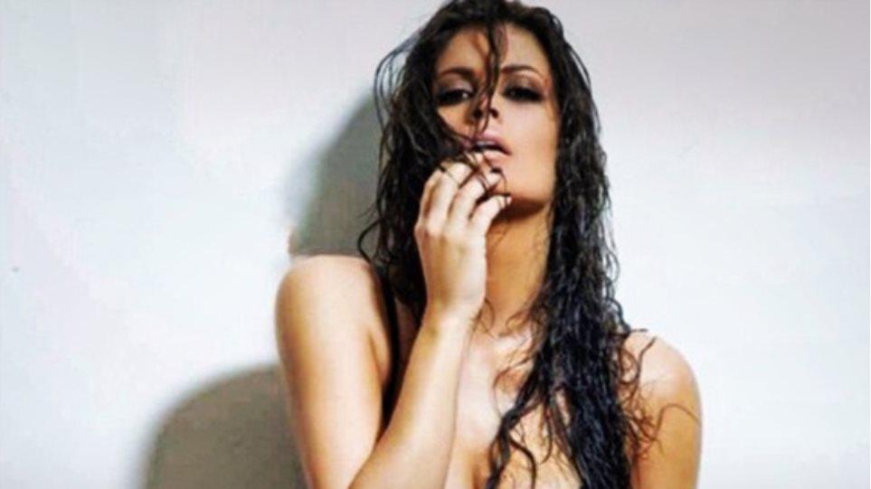 Η Μαρία Κορινθίου και το...σέξι μπούστο της