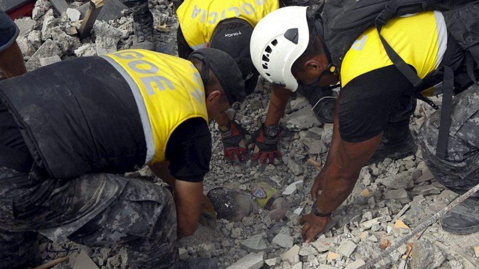 Εικόνες σοκ από τα 7,8 Ρίχτερ στον Ισημερινό: Στους 272 οι νεκροί