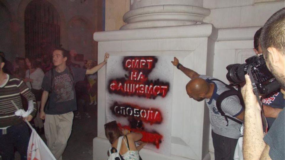 Διαδηλωτές διαλύουν τα κιτς «μνημεία» στα Σκόπια