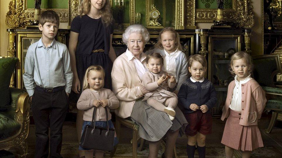 57e9cff491 Βρετανία  Ποιo είναι το κοριτσάκι με την τσάντα που «έκλεψε» τις εντυπώσεις  στο πορτρέτο της βασίλισσας