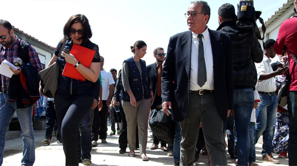Mυτιλήνη: Mπουγέλωσαν τον Μουζάλα οι πρόσφυγες στη Μόρια