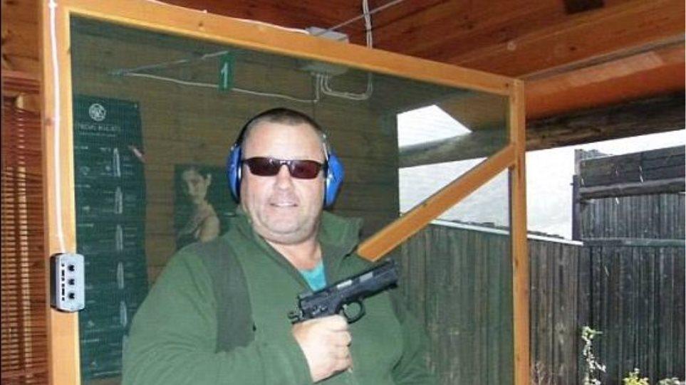 Με όπλα στα χέρια πόζαρε ο Άγγλος-κτήνος που βίαζε τα παιδιά του στην Κρήτη