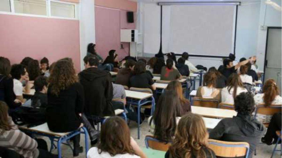 «Κόφτες» για τους καθηγητές αναζητεί το υπουργείο Παιδείας