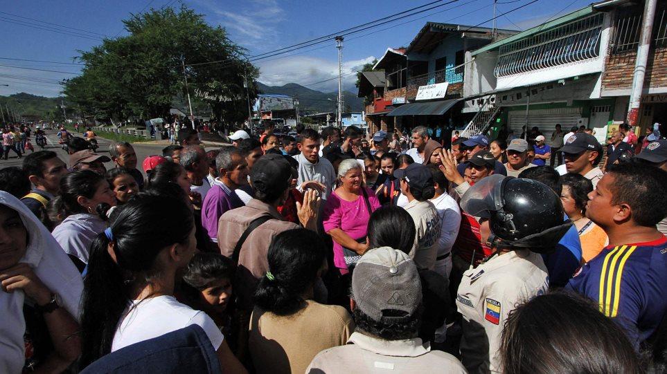 Γυναίκες από τη Βενεζουέλα έκαναν «επιδρομή» στην Κολομβία για χαρτί υγείας και αλεύρι
