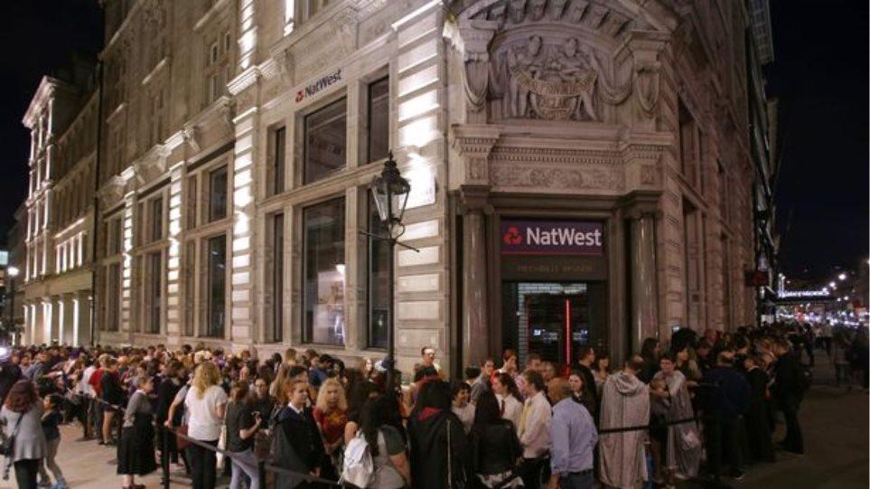 Πανικός στο Λονδίνο: Χιλιάδες fan του Χάρι Πότερ έτρεξαν να αγοράσουν το νέο βιβλίο