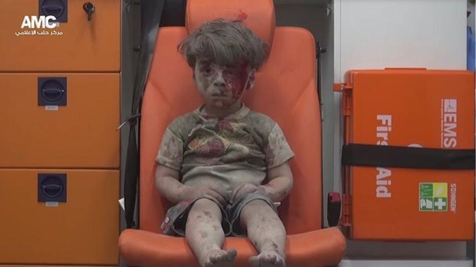 Μια εικόνα χίλιες λέξεις: 5χρονος μετά από αεροπορική επιδρομή στη Συρία