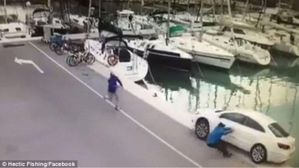 Βίντεο: Ψαράς ξέχασε να βάλει το χειρόφρενο στο αυτοκίνητό του δίπλα στην προβλήτα...