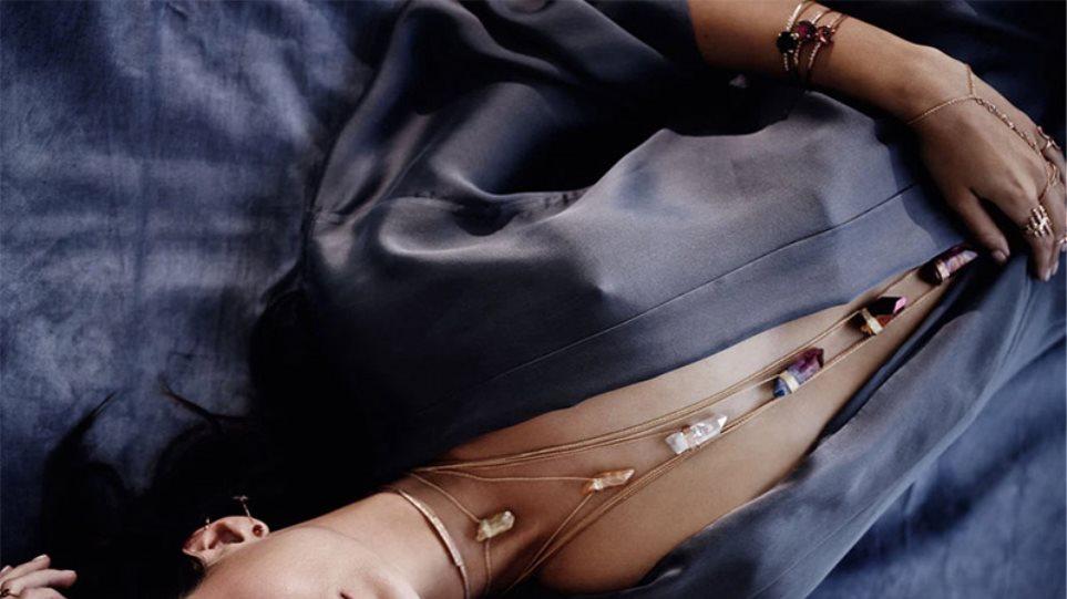 Emily Ratajkowski: Τα «πέταξε» για να διαφημίσει κοσμήματα