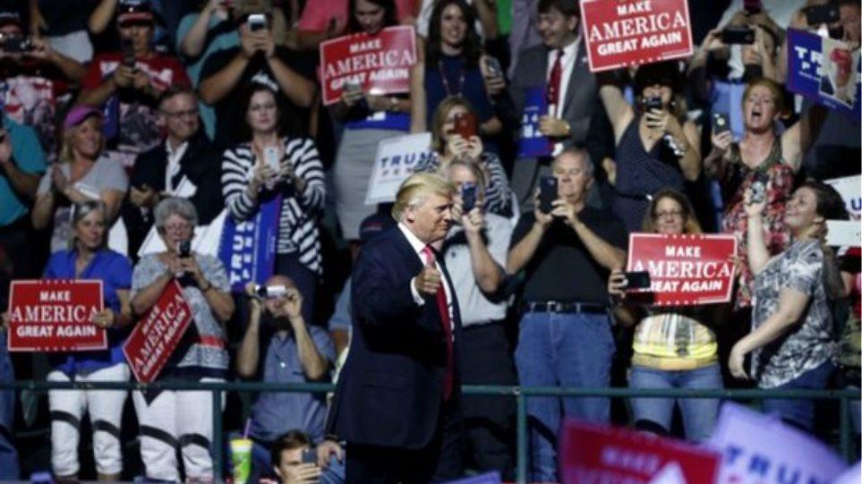 Βίντεο: Άγριο ξύλο σε προεκλογική ομιλία του Τραμπ