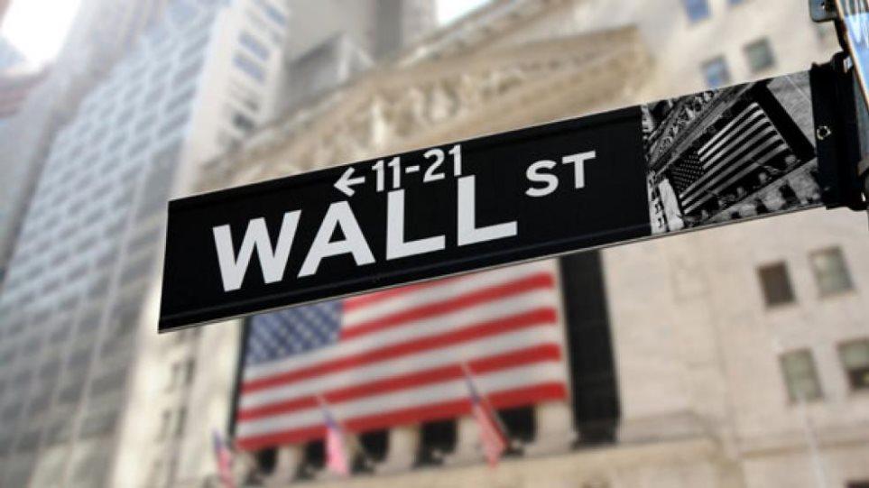 Πτώση άνω του 1% στη Wall με το βλέμμα στην Fed