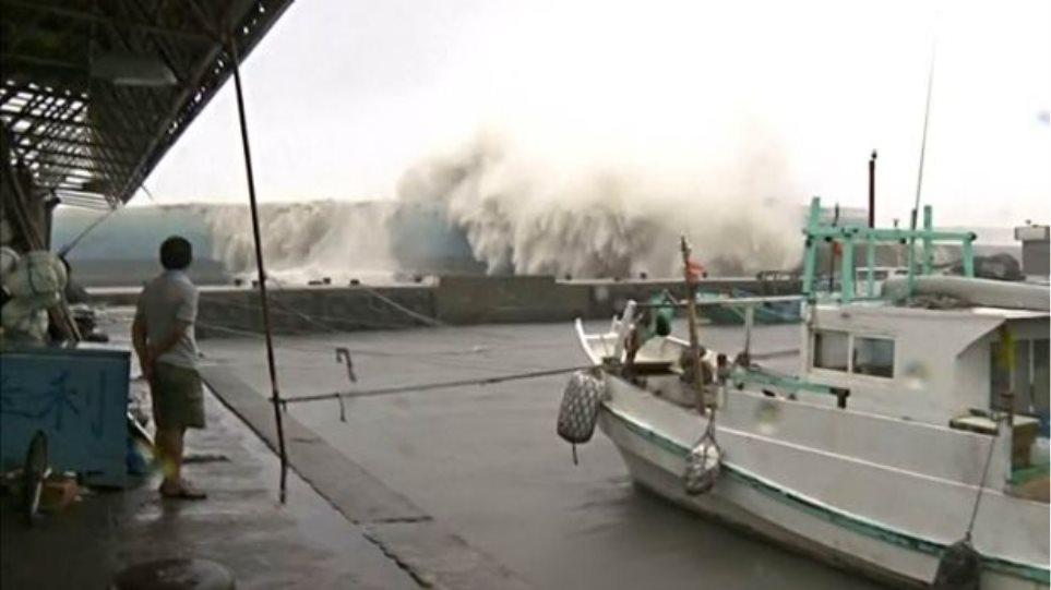 Βίντεο: Είναι τυφώνας αλλά όχι ο... malakas και χτύπησε την Ταϊβάν
