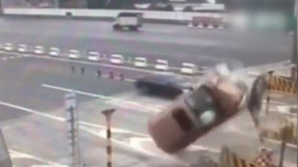 Βίντεο-σοκ: Αυτοκίνητο χτυπάει στα διόδια και κάνει τούμπα 360ο στον αέρα