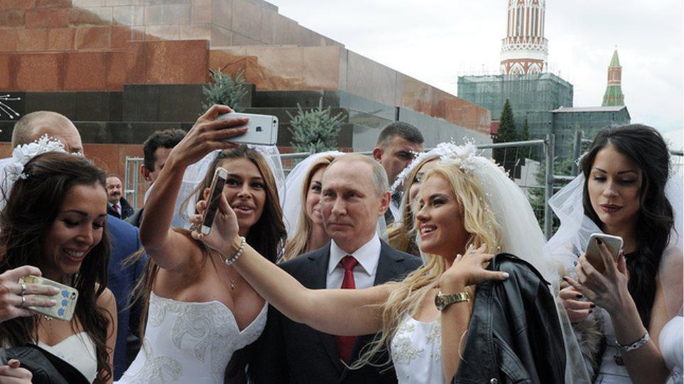 Βίντεο: Ο Πούτιν φωτογραφίζεται με πανέμορφες Ρωσίδες νύφες